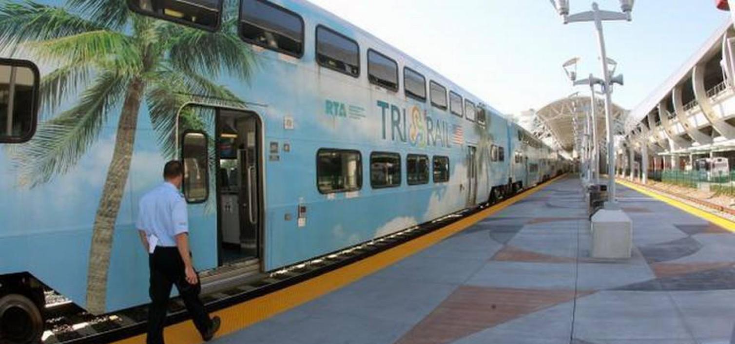 El tren Tri-Rail listo para salir del aeropuerto de Miami
